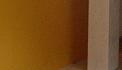 Harrie schildert Wereldwinkel, binnen.