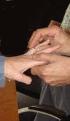 Harrie schuift Marja de ring om.