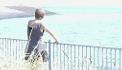 Marja kijkt uit over de zee bij Vlissingen